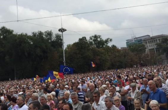 manifestantii-adunati-in-centrul-capitalei-ar-putea-innopta-in-pman-12287